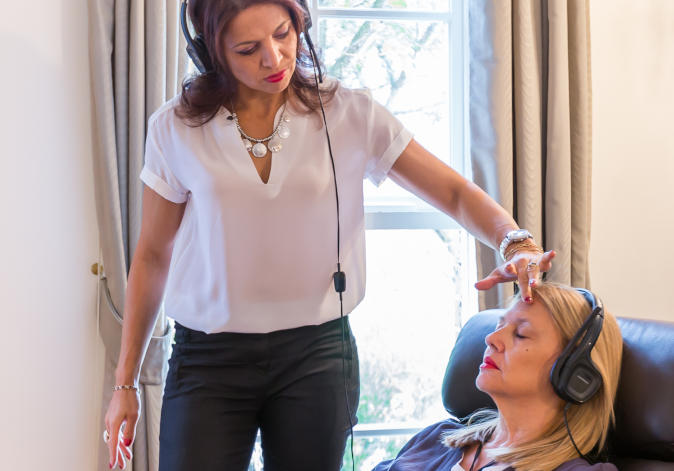Helen Mitas treats client using Hypnofit therapy